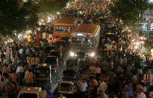 mumbai-crowd-mumbaipav